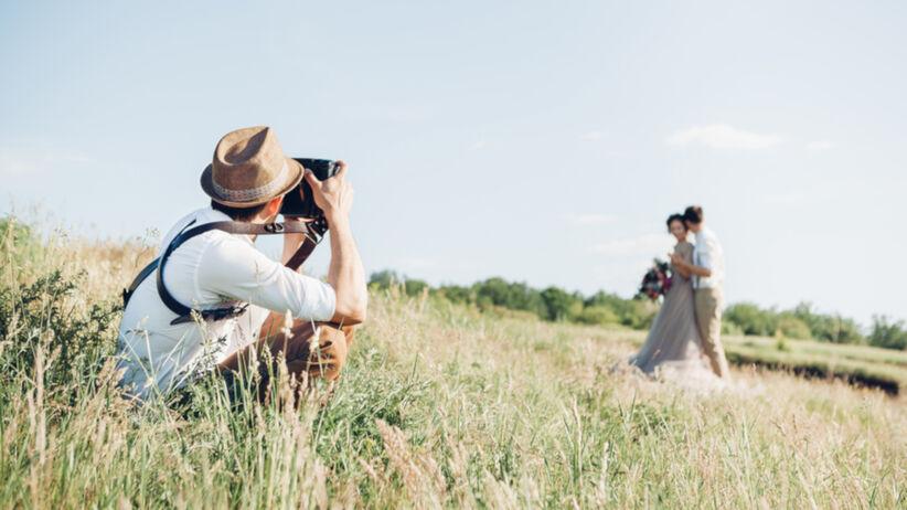 Fotograf ślubny w pracy