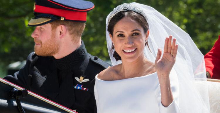 Meghan Markle w białej sukni ślubnej i welonie i książę Harry w mundurze jadą powozem po swoim ślubie