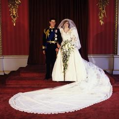 Księżna Diana w sukni ślubnej i książę Karol w mundurze na sesji ślubnej