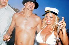 Pamela Anderson i Kid Rock na swoim weselu Pamela Anderson w białym stroju kąpielowym na ślubie