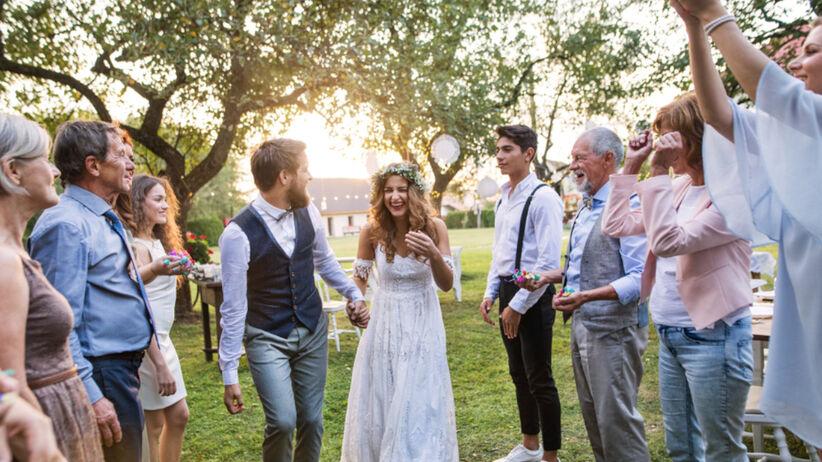 Młoda para i goście