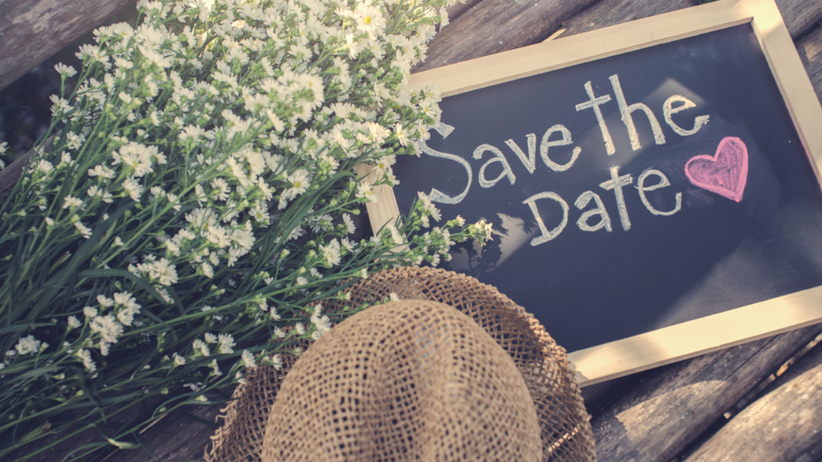 """Dekoracje ślubne - tabliczka z napisem """"save the date"""" oraz gipsówka"""
