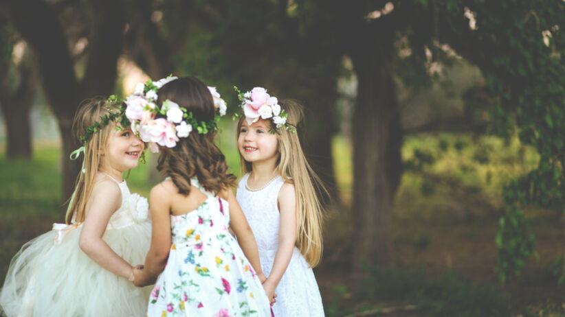 Małe dziewczynki w eleganckich sukienkach
