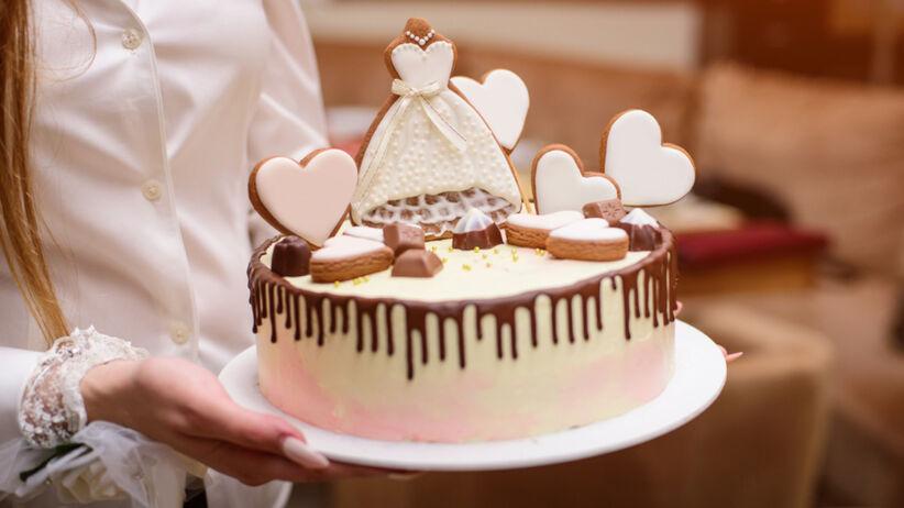 Elegancki tort na wieczór panieński niesiony przez druhnę