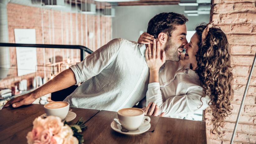 Para w kawiarni - mężczyzna próbuje pocałować kobietę