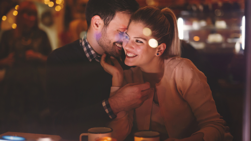 Para siedzi na randce podczas jednej z faz księżyca