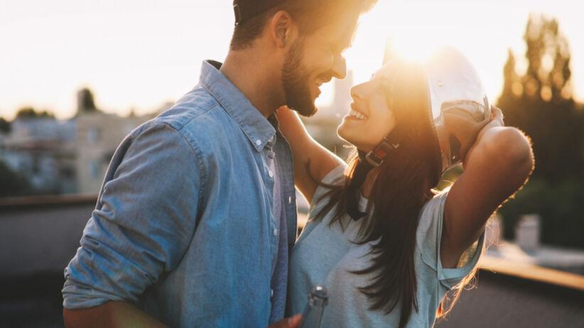 Para flirtująca na dachu w pełnym słońcu