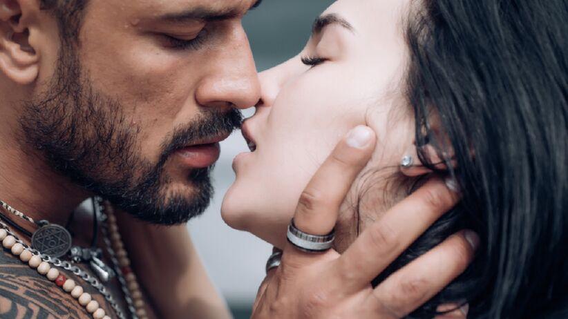Kobieta i mężczyzna pocałunek