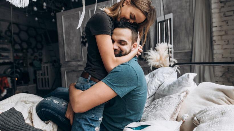 Para wtulona w siebie siedzi na łóżku
