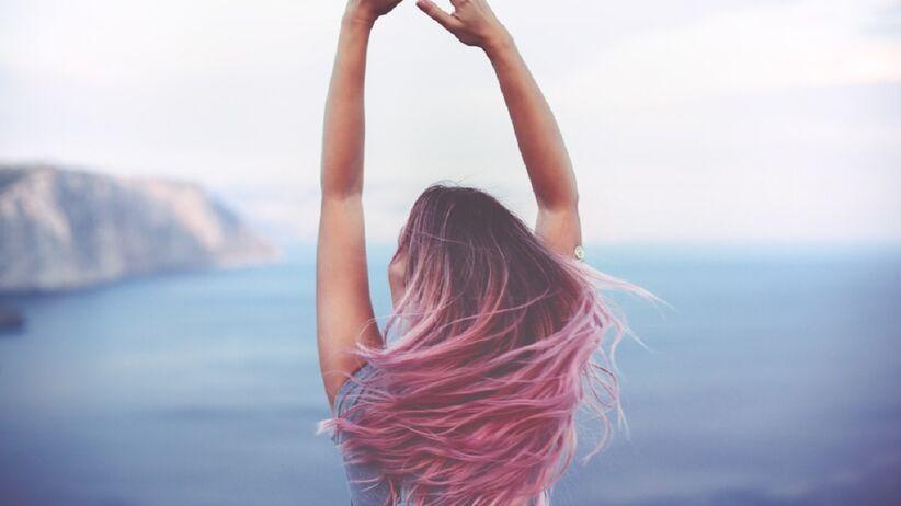 Kobieta z farbowanymi włosami