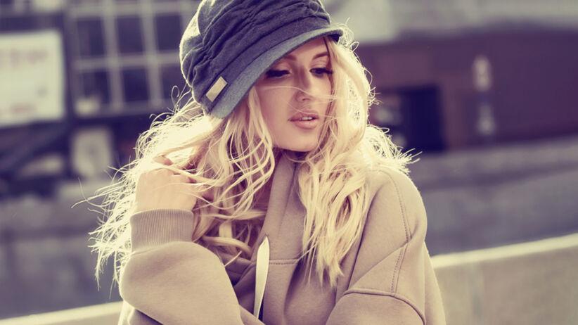 Blondynka z długimi włosami i w kapeluszu