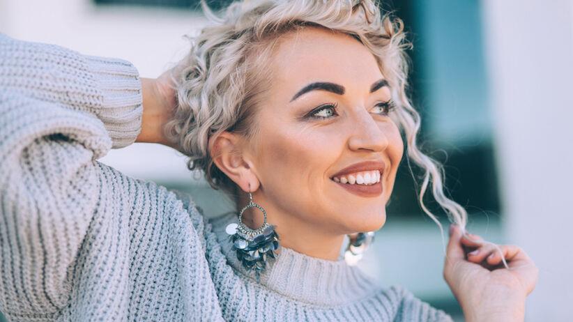Kobieta o włosach w kolorze popielatego blondu