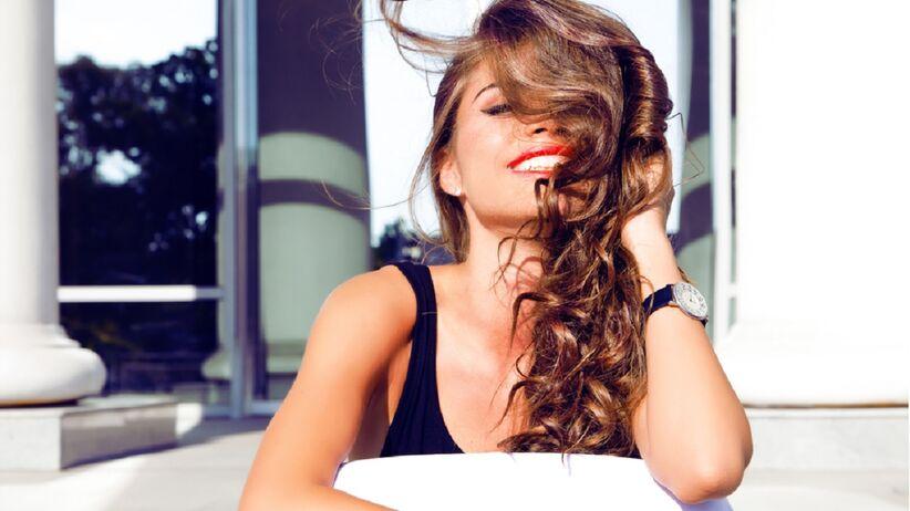 Kobieta z gęstymi włosami