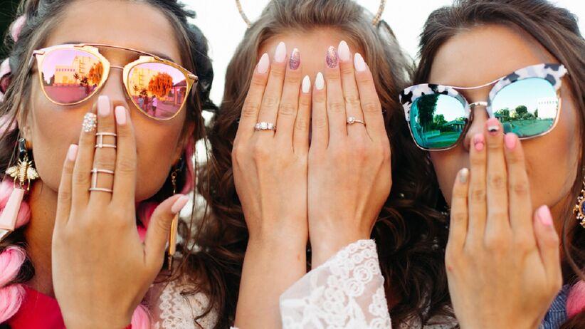 Kobiety z letnim manicure