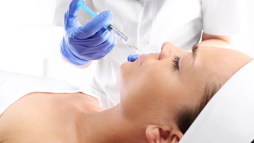 Kobieta poddaje się zabiegowi wstrzykiwania botoksu