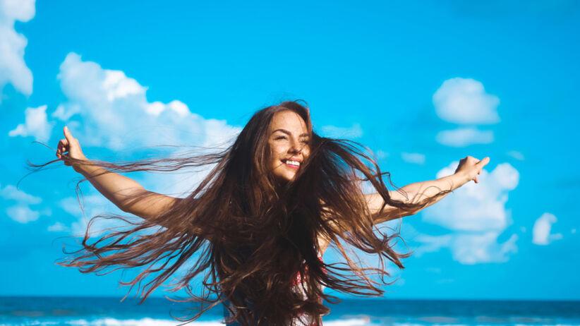 Piękna dziewczyna z długimi włosami nad morzem