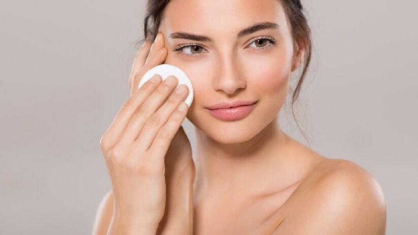 Kobieta oczyszcza twarz