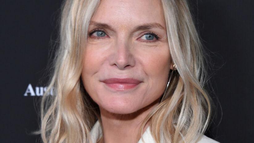 Piękna Michelle Pfeiffer w białym kostiumie na ściance
