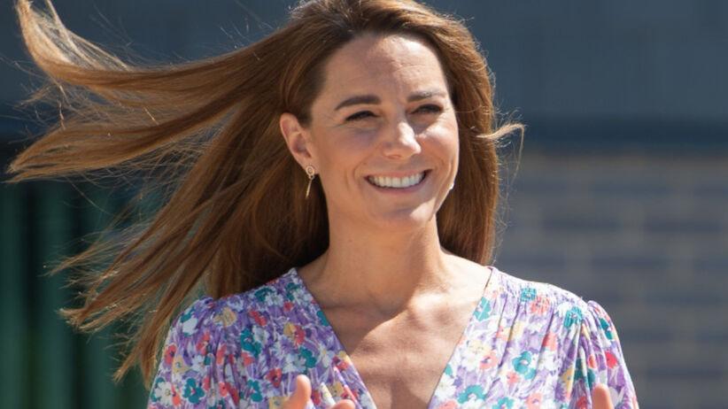 Księżna Kate szeroko uśmiechnięta w kwiecistej sukience