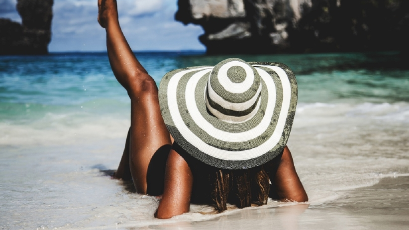 Kobieta opala się na plaży