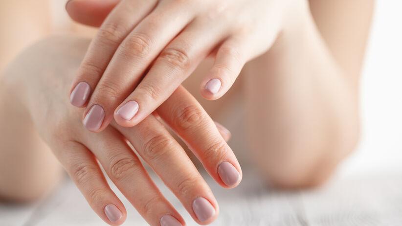 Kobieta z pięknymi, zadbanymi dłońmi