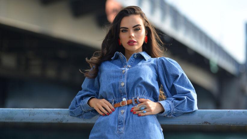 Piękna dziewczyna w jeansowej szmizjerce nad rzeką