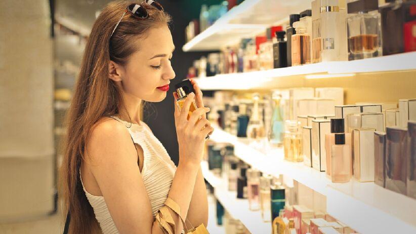 Kobieta wybiera perfumy