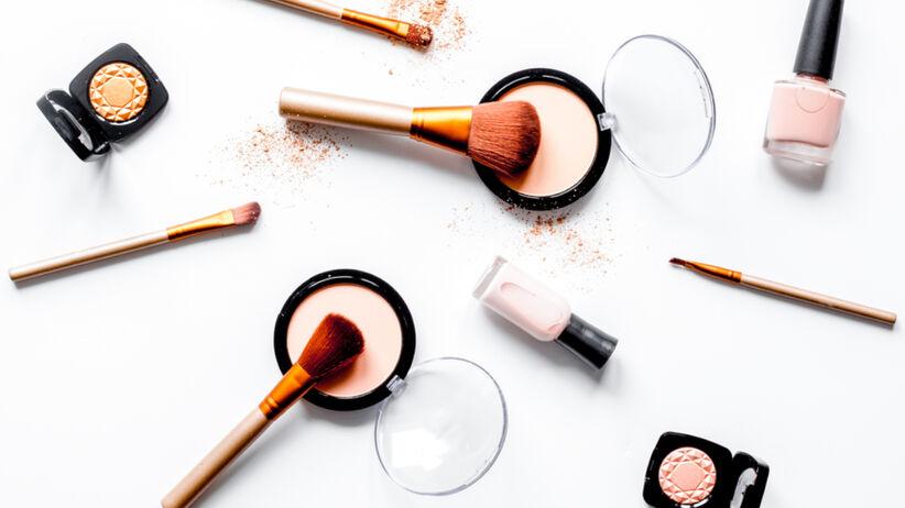 Kosmetyki do twarzy i paznokci na białym tle
