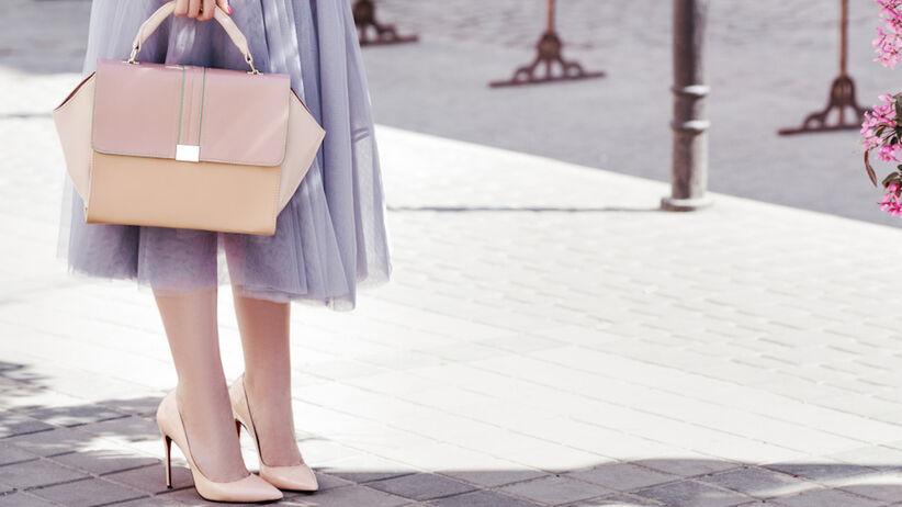 Kobieta w różowych butach
