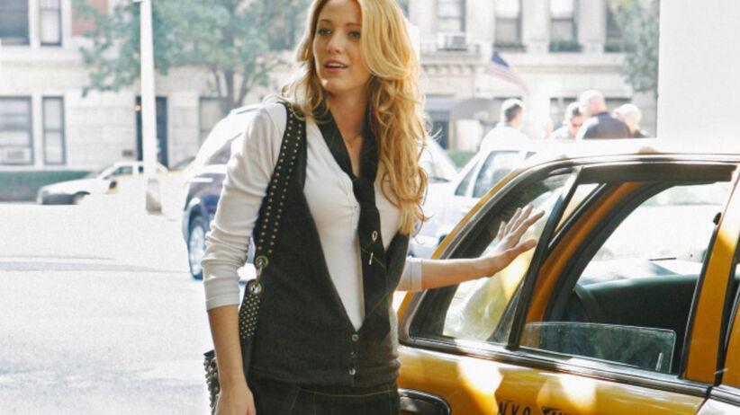 """""""Plotkara"""": Blake Lively jako Serena van der Woodsen wsiada do taksówki w Nowym Jorku"""