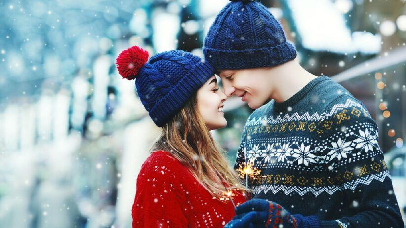 Kobieta i mężczyznach w czapkach zimowych