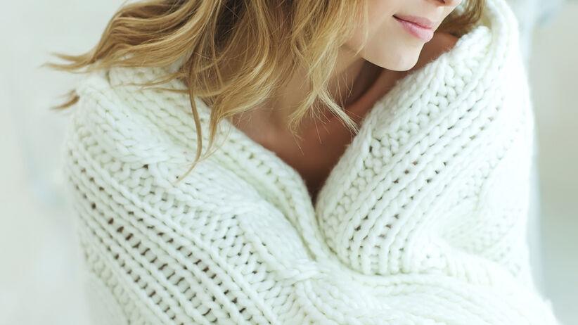 Kobieta w grubym swetrze