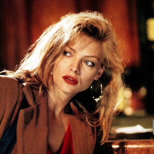 Michelle Pfeiffer w szerokiej marynarce modnej w latach 80. i dziś