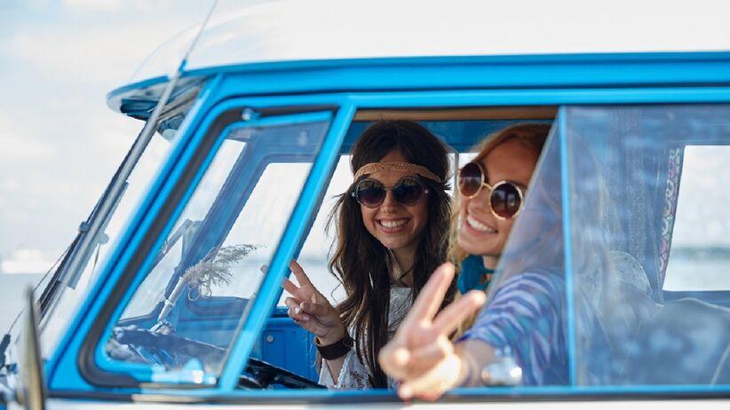 Dziewczyny w okularach przeciwsłonecznych