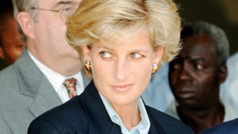 Księżna Diana w granatowej marynarce ze złotymi guzikami