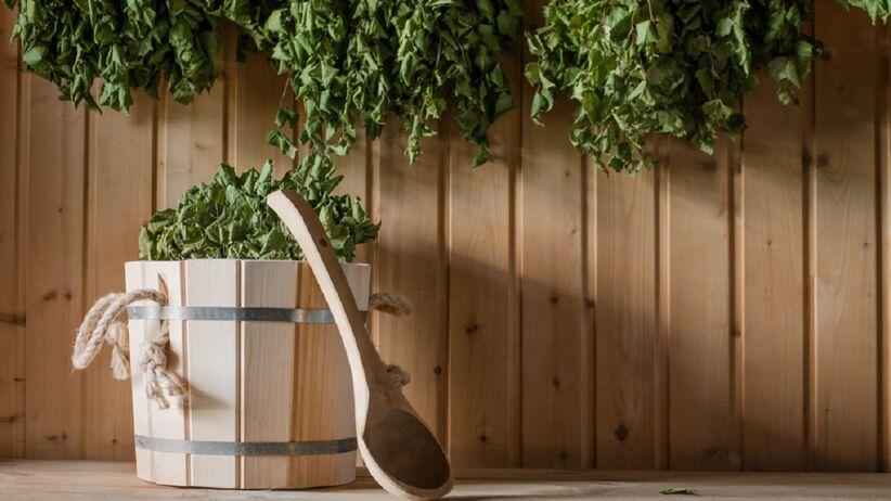 Zdjęcie przedstawia suchą saunę a w niej rośliny lecznicze.