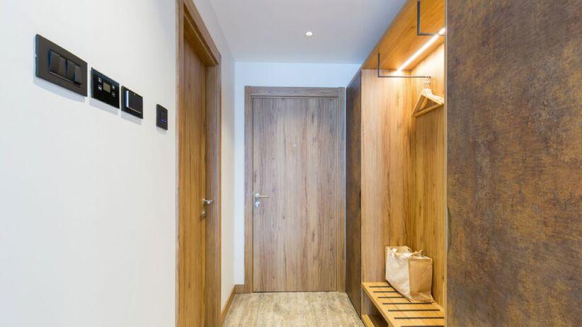 Jak dobrać oświetlenie na korytarz?