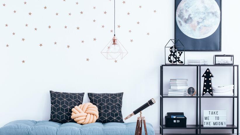 Pokój młodzieżowy z teleskopem na podłodze oraz ścianą w gwiazdy