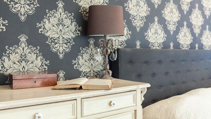 Wzorzysta tapeta na ścianie sypialni