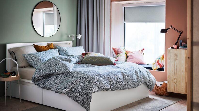 Biała sypialnia z drewnem – aranżacje sypialni