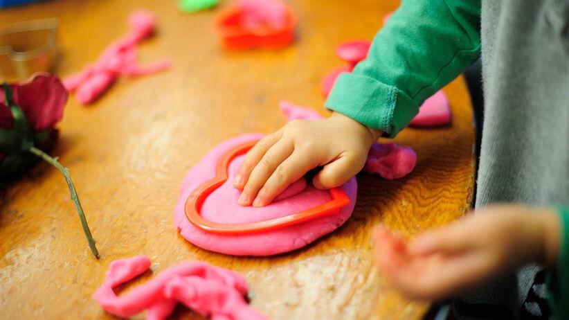 dziecko bawiące się domową ciastoliną