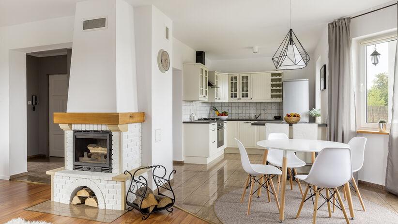Mały salon z jadalnią oraz białymi meblami