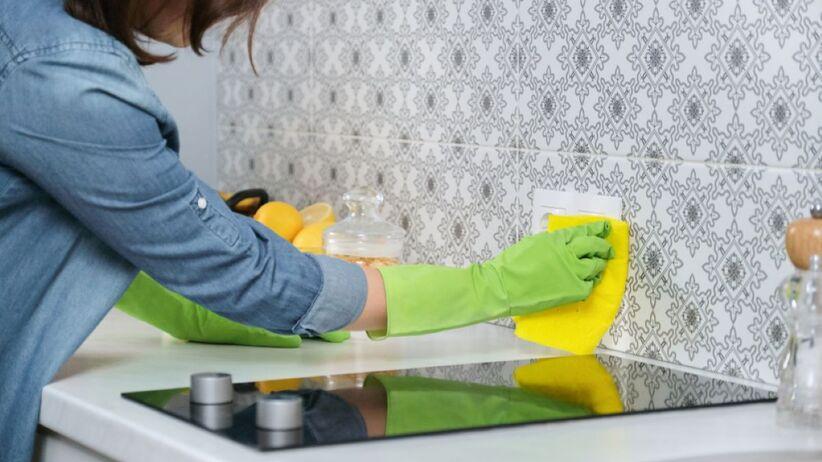Tłuste plamy często pojawiają się w okolicy kuchenki.