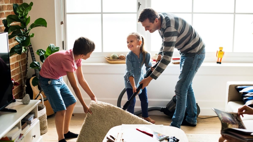 Do sprzątania warto zaangażować całą rodzinę.