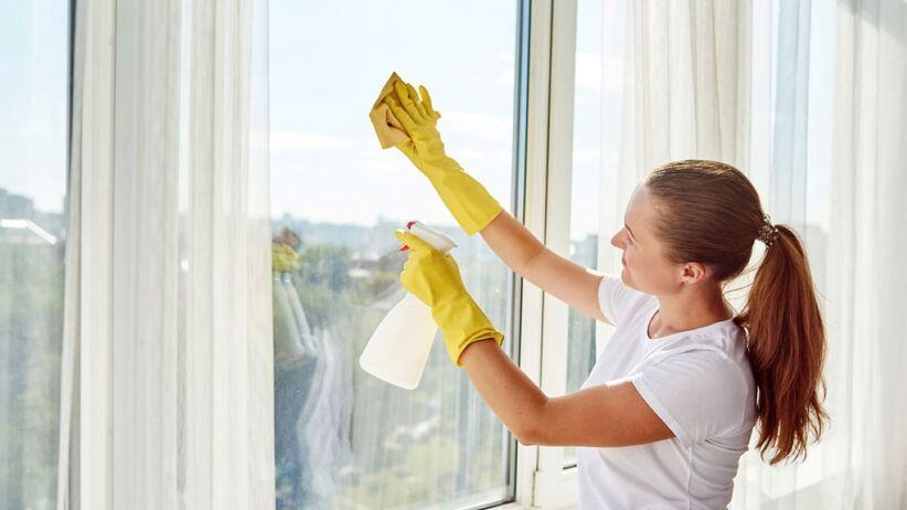 Skuteczne sposoby na mycie okien.