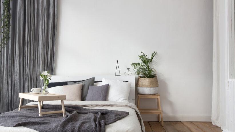 Wnętrze szarej i przytulnej sypialni