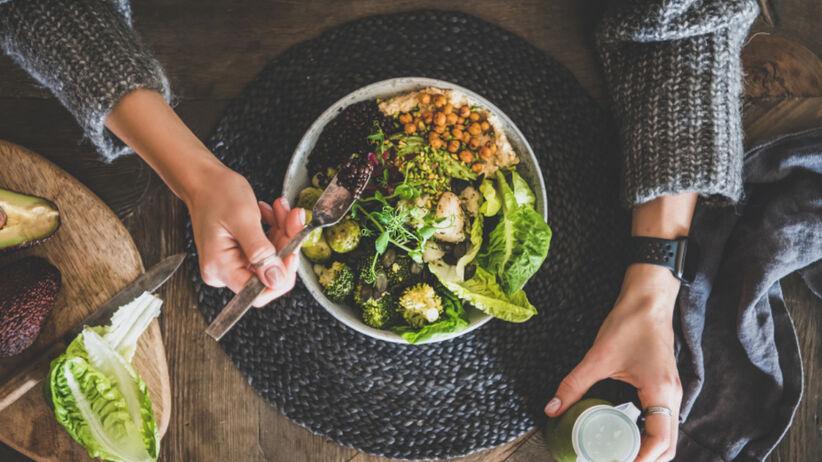 Zdrowy fit bowl na kolację z jarmużem, ciecierzycą i zielonymi warzywami