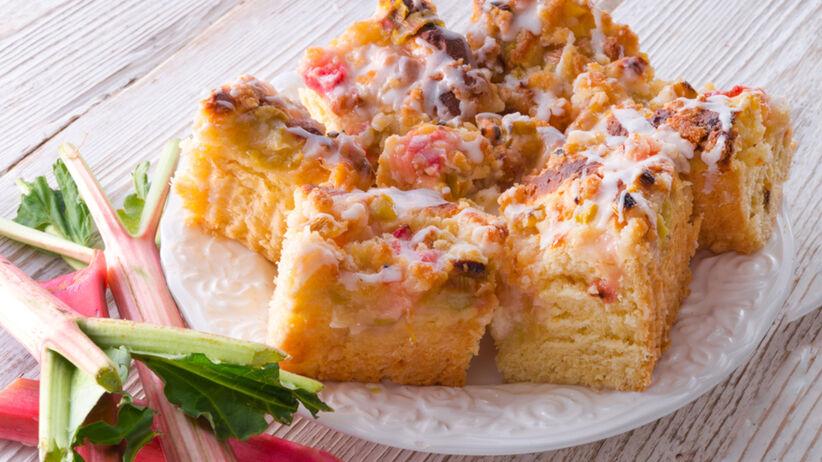 Ciasto drożdżowe z rabarbarem i kruszonką - babciny przepis