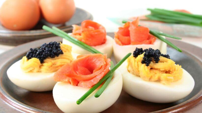 Jajka faszerowane z łososiem to smaczna wielkanocna przystawka.