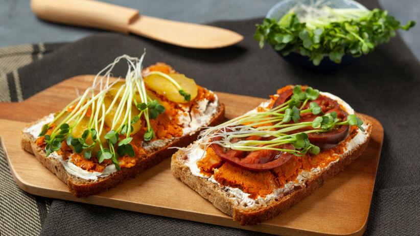 Kanapki z chleba z wegańskim smalcem i ogórkiem kiszonym